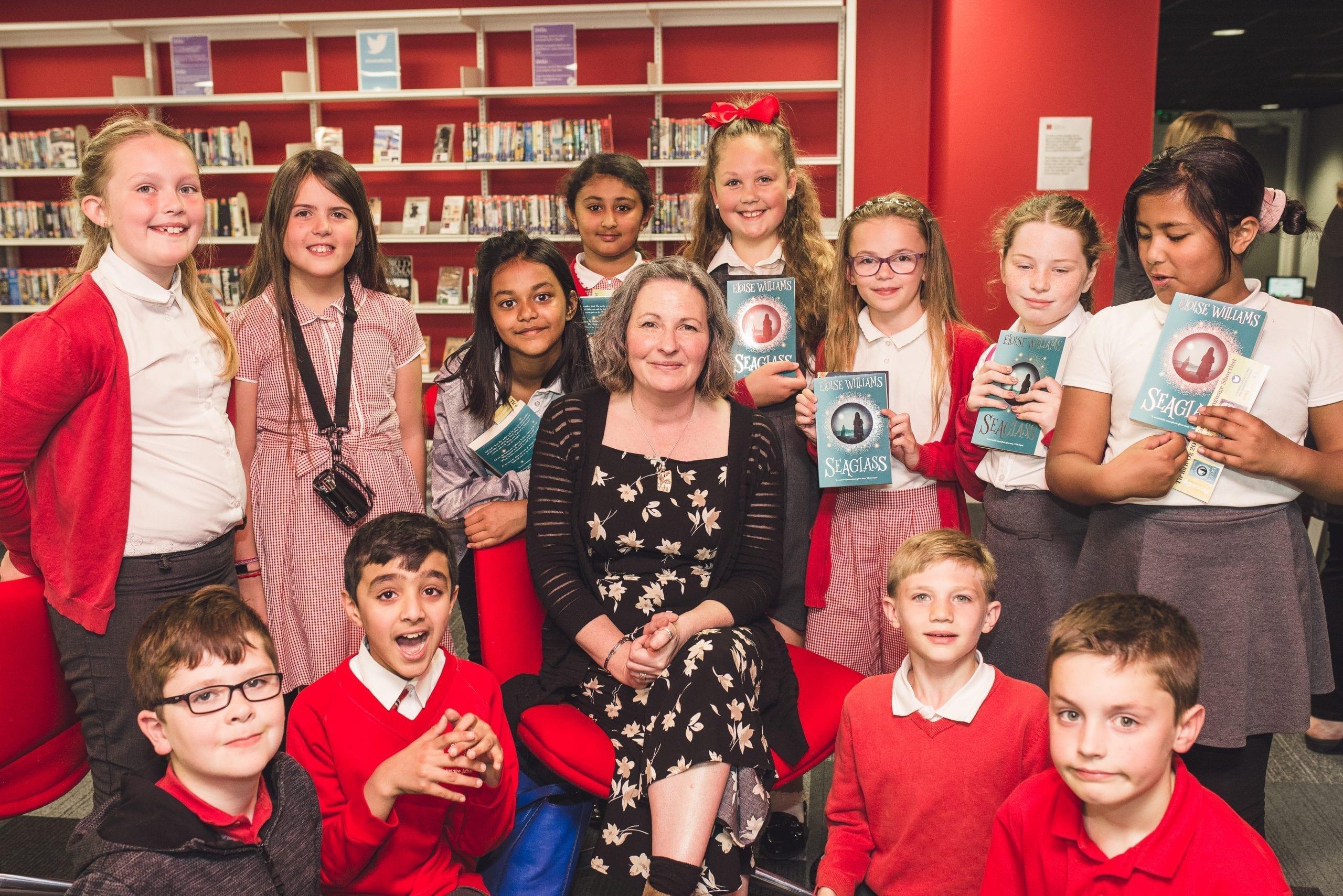 Taith awdur wedi'i threfnu gan Gyngor Llyfrau Cymru yn dangos Eloise Williams, Children's Laureate Wales, gyda chriw o blant ysgol